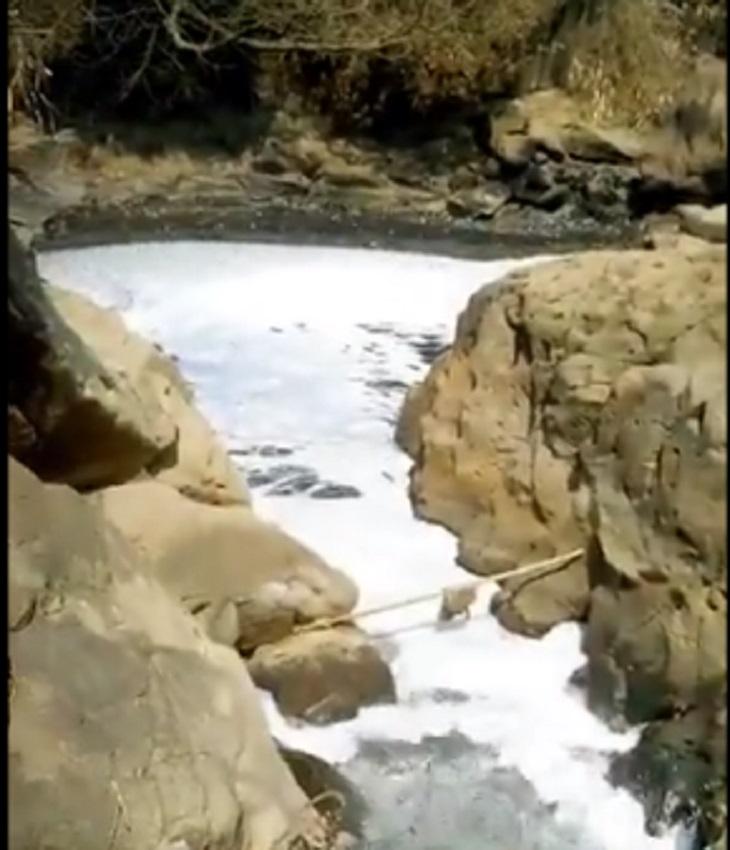 Sungai Citarum berbusa