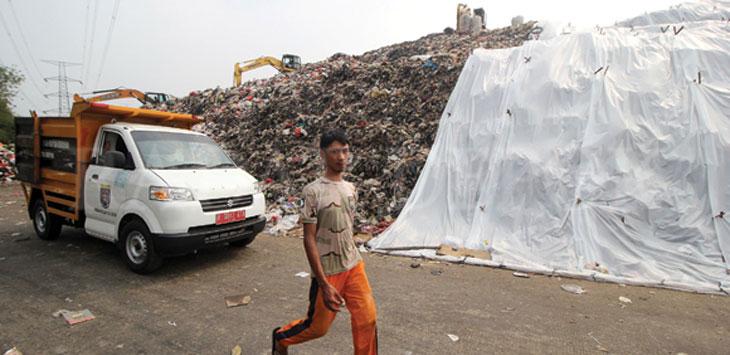 ampak sebagian tumpukan sampah di TPA Cipayung, Kecamatan Cipayung yang ditutup plastik, Senin (9/9/19). Radar Depok