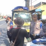 Melanggar, Petugas Satlantas Polres Cirebon berikan teguran tilang kepada pengemudi. Kirno/pojokjabar