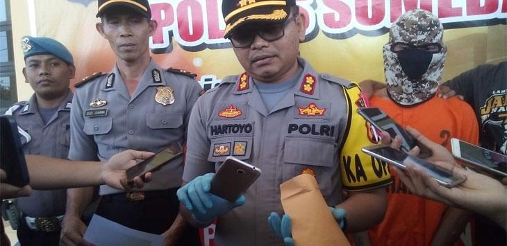 Kapolres Sumedang, AKBP Hartoyo menunjukkan barang bukti hanpdhone yang digunakan Agus Ian Sopian merekam adegan seks antara dirinya dengan YS.