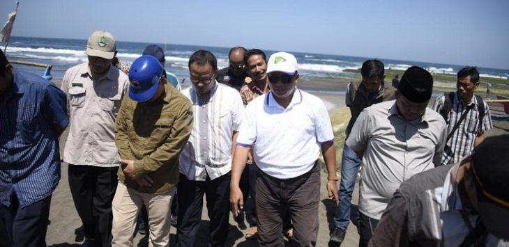 Wagub Jabar Uu Ruzhanul Ulum saat di Pantai Cikotok, Pangandaran, Jumat (13/9/2019)./Foto: Istimewa