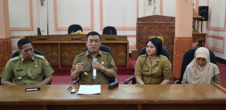 Walikota Cirebon, Nasrudin Azis (tengah) saat memberikan keterangan pers terkait tewasnya santri Husnul Khotimah yang ditusuk orang tak dikenal di Jalan Cipto Mangunkusumo, Kota Cirebon. Alwi/pojokjabar