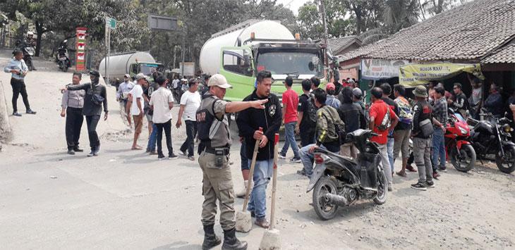 Warga Desa Padabeunghar, Kecamatan Jampangtengah, saat memblokade Jalan Raya Provinsi Jawa Barat, tepatnya di Jalan Raya Cagak Cibatu, Desa Cibatu, Kecamatan Cikembar.