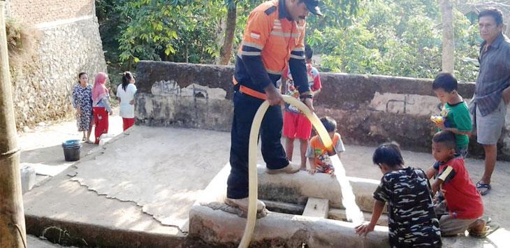 Baznas Kabupaten Sukabumi saat memberikan bantuan air di Kecamatan Palabuhanratu, belum lama ini.