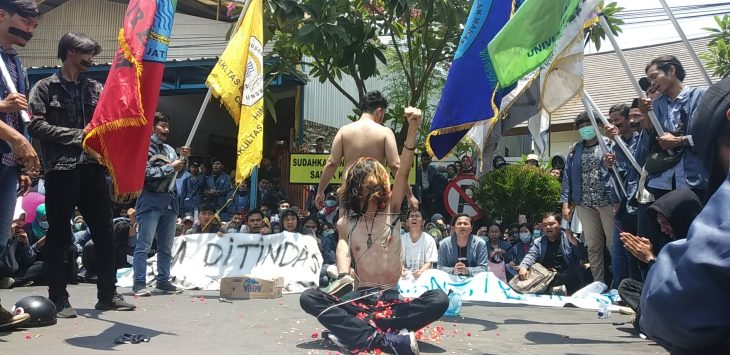 Aksi teaterikal mahasiswa UGJ di depan Polresta Cirebon. Dede