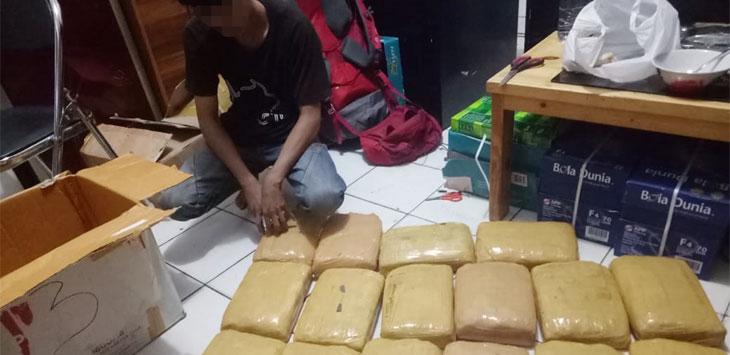 Tersangka FF (19) saat diamankan Satreskrim Polresta Depok bersama barang bukti puluhan kilogram ganja siap edar. Radar Depok