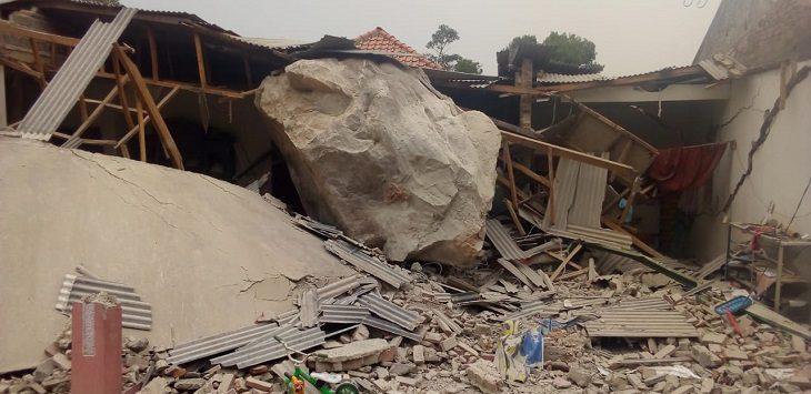 Batu tambang masuk rumah warga di Purwakarta, Selasa (8/10/2019)./Foto: Istimewa