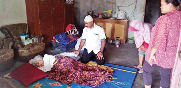Baznas Kabupaten Sukabumi saat menyantuni jompo di Kampung Genteng, Desa Lembursawah, Kecamatan Cicantayan.