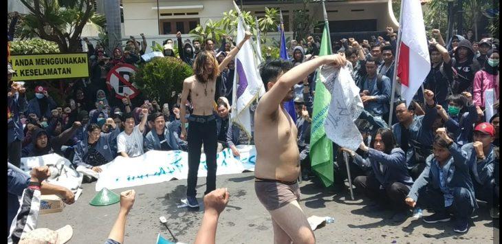 Aksi buka celana massa aksi dari UGJ. Dede