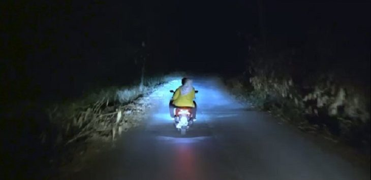 Bupati Karawang Cellica Nurrachadiana saaat menaiki motor menuju lokasi kebakaran hutan Gunung Cengkik dan Gunung Sirnalanggeng, Karawang, Senin (21/10/2019)./Foto: Istimewa
