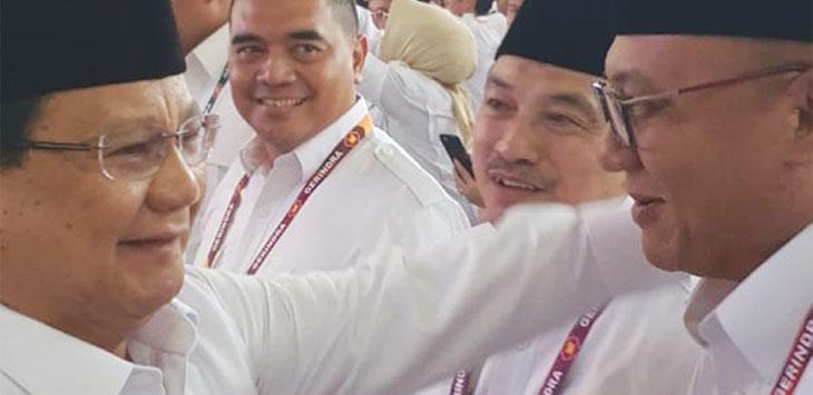 Ketua Umum Partai Gerindra, Prabowo Subianto menyalami Ketua DPC Partai Gerindra Kota Depok, Pradi Supriatna (kanan) saat Rapat Pimpinan Nasional, di Padepokan Garuda Yaksa, Desa Bojong Koneng, Kecamatan Babakan Madang, Kabupaten Bogor, Rabu (16/10/19).