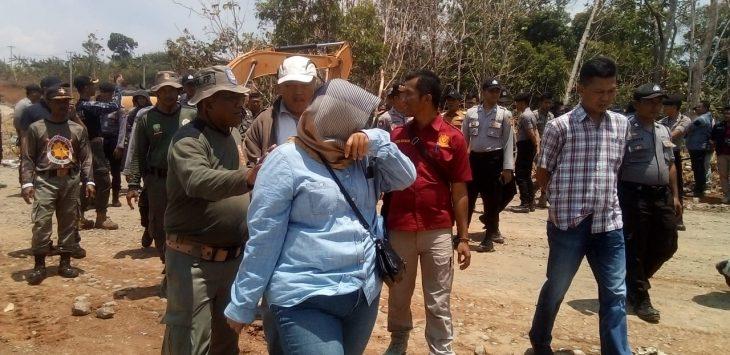 Debi menangis. Pemilik lahan yang menolak eksekusi lahan proyek tol Cisumdawu (arf)