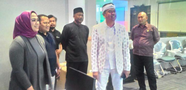 Dedi Mulyadi (baju putih) anggota DPR RI saat berkunjung ke Karawang disambut langsung oleh bupati karawang.