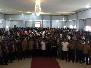 Foto bersama usai menandatangani deklarasi Pilwu damai. Dede