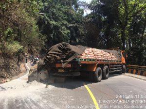 Dua pedagang tewas tertimpa truk yang terguling di Kabupaten Sumedang ini (ist)
