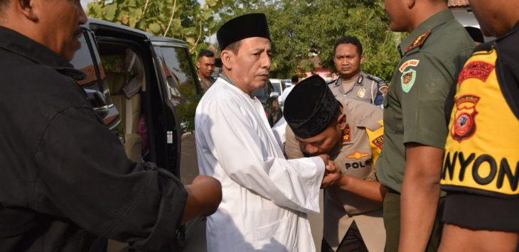 Kapolres Cirebon AKBP Suhermanto mencium tangan Habib Lutfi bin Yahya. Dede