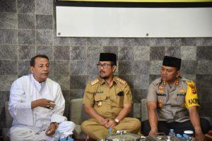 Habib Luthfi didampingi Bupati Cirebon dan Kapolres Cirebon. Dede