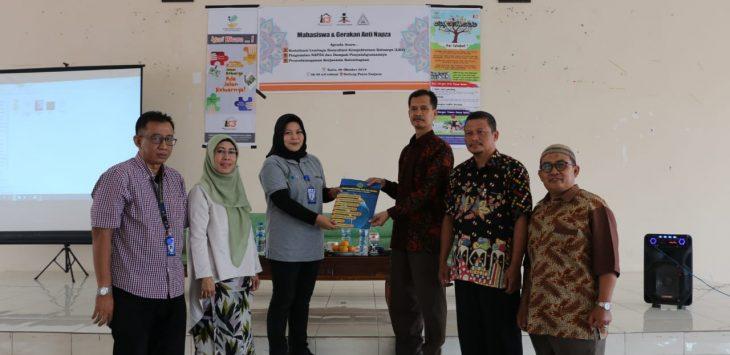 Dekan Fakultas Ushuluddin Adab dan Dakwah (FUAD) IAIN Syekh Nurjati Cirebon, Dr Hajam M.Ag (ketiga dari kanan) saat memberikan naskah MoU acara sosialisasi Napzsa di gedung Pascasarjana IAIN Syekh Nurjati Cirebon. (Istimewa)