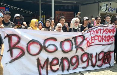 Ibu ibu muda di Bogor foto bersama dengan mahasiswa yang hendak demo ke Jakarta (adi)