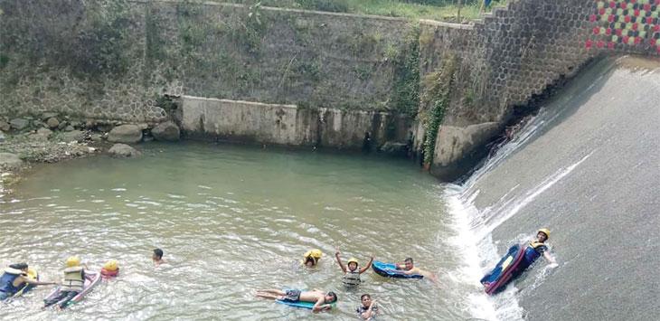 Suasana irigasi Sungapan Cipelang, Kecamatan Gunungpuyuh mulia ramai dikunjungi wisatawan.