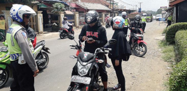 Anggota Satlantas Polres Sukabumi Kota saat memeriksa pengendara dalam operasi rutin di Jalan Raya Palabuhan II, Kecamatan Gunungguruh, kamis (3/10/19).
