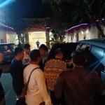 Anggota KPK giring Bupati Indramayu masuk ke mobil.ist