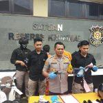 Kapolres Cirebon AKBP Suhermanto tunjukan senjata yang dipakai pelaku. Dede