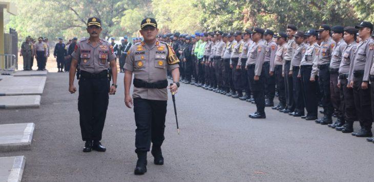 Kapolres Cirebon Kota AKBP Roland Ronaldy memeriksa kelengkapan pasukan. Dede
