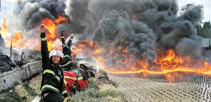 Petugas pemadam kebakaran berusaha memadamkan api saat kebakaran pipa minyak milik PT. Pertamina di Melong, Kota Cimahi, Selasa, (22/10/19).