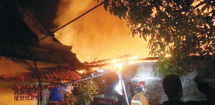 Rumah warga Kampung Krajan RT 10/03, Desa Maracang, Kecamatan Babakancikao, ludes terbakar. Penyebab kebakaran diduga berasal dari korsleting listrik.