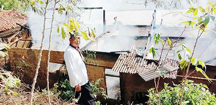 Dua rumah warga di Kampung Pasirkuda, RT 31/9, Desa Sukakersa, Kecamatan Parakansalak hangus terbakar, selasa (22/10/19).