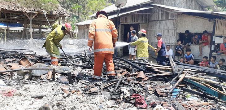 Petugas Damkar nampak sedang memastikan si jago merah yang meratakan rumah warga benar-benar padam.