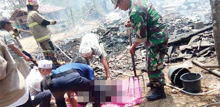 Petugas gabungan bersama warga saat mengevakuasi jasad Ibin (65) warga Kampung Cibungur, RT 13/5, Desa/Kecamatan Sagaranten, Kabupaten Sukabumi, yang tewas terpanggang api, Rabu (2/10/19).