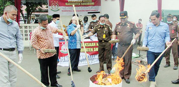 Kajari Kabupaten Sukabumi memusnahkan barang bukti dari perkara yang sudah ditangani sejak Januari hingga Agustus di halaman Kejari Jalan Karangtengah, Desa Karangtengah, Kecamatan Cibadak, selasa (2/10/19).