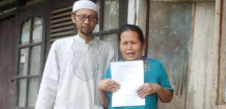 Salah satu warga korban penggusuran rumah, Yoyoh Rohaeni didampingi Ketua RT 05, Hendra Hermawan menunjukan surat kepada Walikota Sukabumi dan DPRD Kota Sukabumi.