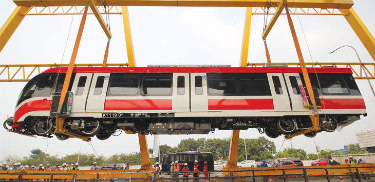 Petugas mengawasi proses pengangkatan gerbong kereta layang ringan atau Light Rail Transit (LRT) di Stasiun Harjamukti, Kelurahan Harjamukti, Kecamatan Cimanggis, Minggu (13/10/19).