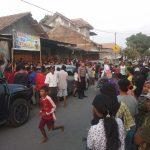 Masyarakat padati lokasi rumah terduga teroris di Cirebon. Dede