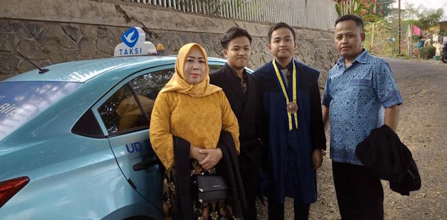 Muhammad Tio bersama keluarganya saat wisuda (ist)