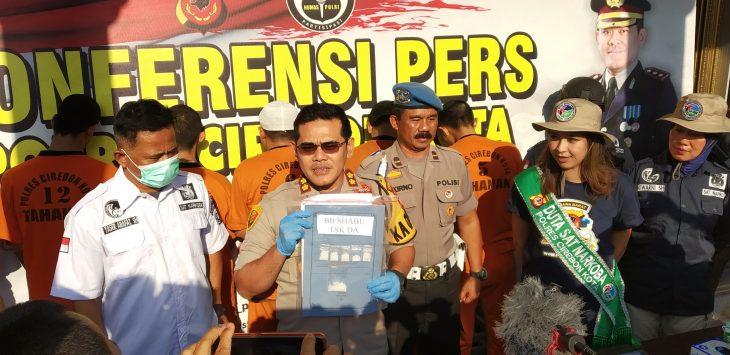 Kapolres Cirebon Kota AKBP Roland Ronaldy tunjukan barang bukti. Dede