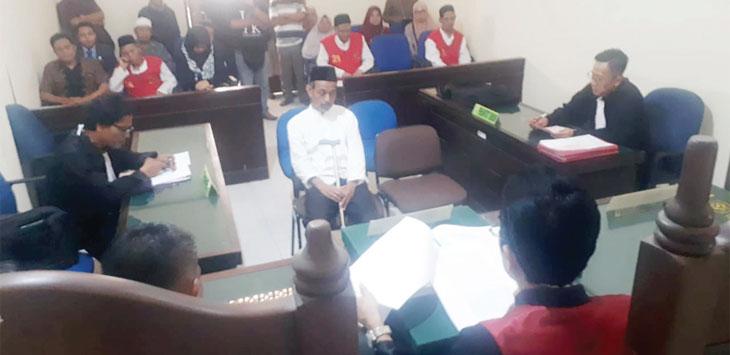 Terdakwa JR (50) nampak lesu saat mendengar putusan majelis hakim yang memvonisnya bersalah dalam persidangan yang digelar kemarin.