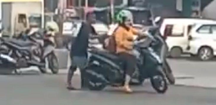 Viral video oknum tukang parkir di Bandung./Foto: Istimewa