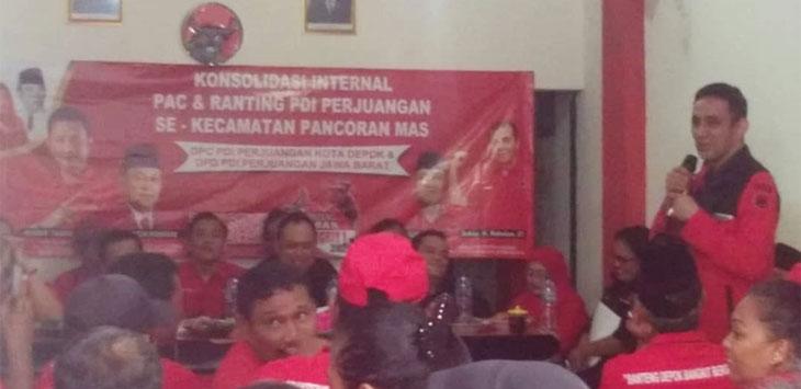 Bakal Calon Walikota Depok, Achmad Riza Al-Habsyi (berdiri) saat menghadiri konsolidasi internal PAC dan Ranting PDI Perjuangan se-Kecamatan Pancoranmas, di kantor DPC PDI Perjuangan Kota Depok, Ruko Grand Depok City. Radar Depok