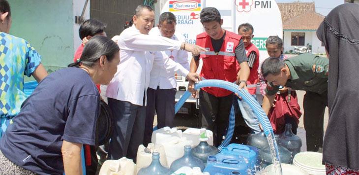 PMI Kota Sukabumi bersama unsur pemerintah memberikan air bersih kepada masyarakat di wilayah Kecamatan Citamiang, selasa (8/10/19).