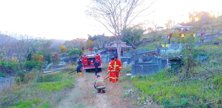Petugas pemadaman BPBD Kota Sukabumi tengah melakukan penanganan di lokasi kebakaran lahan pemakaman Kampung Santiong, RT 3/7, Kelurahan Cipanengah, Kecamatan Lembursitu.