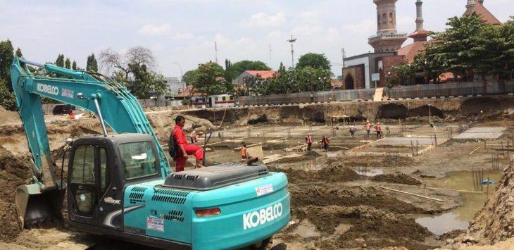 Di lahan pembanguan alun-alun Kota Cirebon, ditemukan benda misterius. Dede