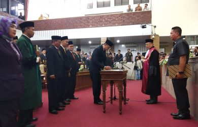 Moch Lutfi resmi jabat Ketua DPRD Kabupaten Cirebon. Dede
