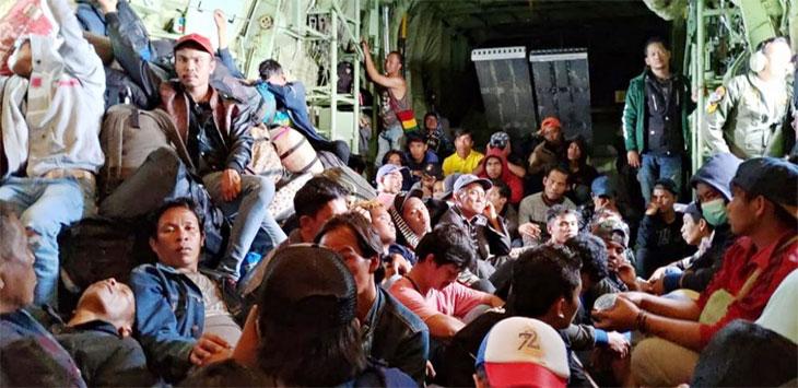 Pengungsi berada di pesawat TNI saat akan dipulangkan dari Wamena ke daerah masing-masing. Ist