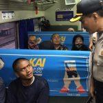 Penumpang di stasiun Karawang yang ditanyai polisi (ega)