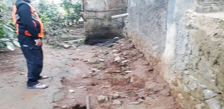 Petugas BPBD Kabupaten Sukabumi saat mengecek lokasi pergerakan tanah di Desa Gunung Endut, Kecamatan Kalapanunggal, senin (14/10/19).