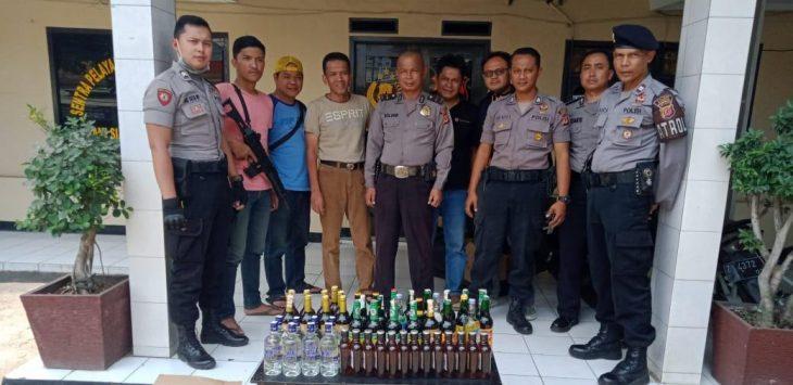 Patroli Siang Hari, Polsek Jatinangor Sita Ratusan Botol Miras
